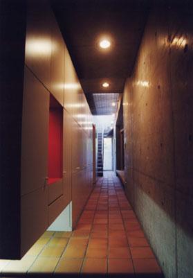 """玄関より廊下を見る"""""""