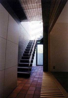 廊下より階段を見る